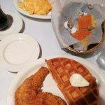 Salmón y pollo con gofre