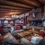 Le coin Lounge intérieur face à la cheminée