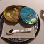 Tartar de lubina y escamarlanes, crema fresca trufada, crujiente de pimienta rosa y caviar iraní