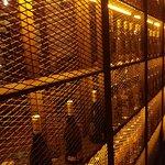 detalle interior de la bodega de vinos