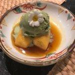 Plátano flambeado con helado de té verde