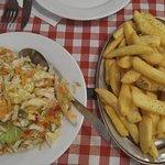 Πολίτικη σαλάτα εποχής & πατάτες αλατορίγανη