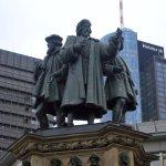 Памятник книгопечатанию, Иоганн Гутенберг с помощниками
