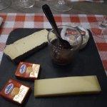 Plateau de 3 fromages et beurre , avec une petit confiture de figues