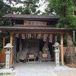 三重県鳥羽市よりバス🚌で石神さんまで五月に行きました。 女性の幸福を祈る神社⛩です。 とても、可愛い💕神社ですが、樹齢300年の神木などがあってパワーもらえますよ。 神社からバス停までの道