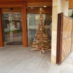 Recepción con árbol navideño