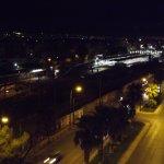 Nocny widok z balkonu na stacje Larissa