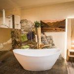 Freistehende Badewanne mit Seeblick
