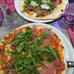 Au premier plan la pizza spéciale V
