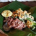 nasi merah urap plus krupuk gendar