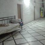 Una cama en medio del pasillo.