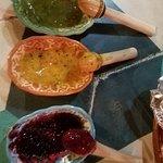 Salsas: verde, de mango, y adobo