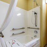 Photo de Microtel Inn & Suites by Wyndham Greenville/University Med