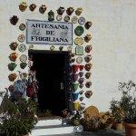 Indgangen til keramikforretningen ved siden af baren.