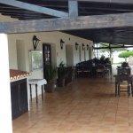 terrasse donnant sur piscine (photo suivante)