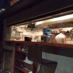 Vista da cozinha das mesas dos clientes.
