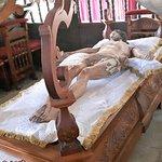 Christus op een bed in het voorportaal
