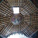 Rijkelijk versierde koepel boven altaar