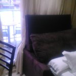 sofa cama que no se puede cerrar y lo dejan abierto, la mesita en los pies de la cama