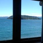 Ventanal, lago, isla, un placer para relajarse