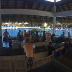 Uitzicht vanuit de poolbar. In het zwembad kan je ook je drankje bestellen