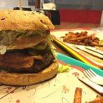 6-s hamburger baconnel, coleslaw salátával és édesburgonyával.