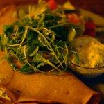 Zawinul , Pohankové palačinky se špenátem, sušenými rajčaty, smetanou, tzatziki a letní salát