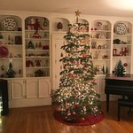 Welcoming Christmas tree & decorations