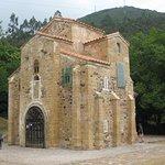 S. Miguel de Lillo, lo que queda de una basílica mayor, que estaba junto al palacio del Naranco