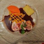 Suprême de pintade farcie, pommes fondantes, mousseline de carotte au gingembre et sauce aux cèp
