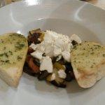 Salát s grilovanou zeleninou a kozím sýrem