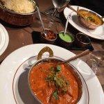 Riz au safran (sent juste le goût du riz), poulet tikka masala, poulet curry.