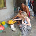 výroba kokosového oleje u místních doma