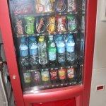 Distributeur de boissons fraiches et de confiseries.