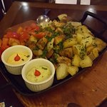 legumes, batata e salmão trinchado
