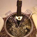 הפתיעו אותנו עם עוגה עם תמונה ושמפניה בחדר בגלל היום הולדת .פינוקים בלי סוף בלובי המלון.תודה לאל