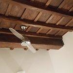 Particolare del soffitto in legno e con travi a vista
