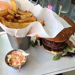 The BBQ Burger, frites et salade carotte/céleri