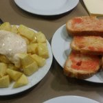 pan con tomate y patatas bravas
