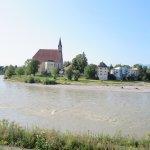 川を挟んで見る教会
