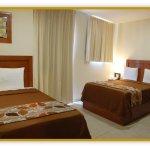 habitación junior suite con una cama matrimonial y una cama individual