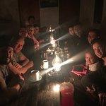 Las comidas son en comunidad. ¡Como en familia! En la noche cada grupo comparte sus aventuras.