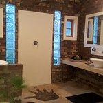Badezimmer mit 2 Waschbecken und Dusche in der Mitte
