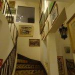L'escalier rempli de tableaux
