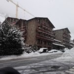 El hotel desde la entrada del parking