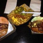 hamburguesas y patatas con jalapeños