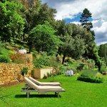 jardin privatif avec transats et tables vue sur la rivière