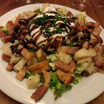 Salade lyonnaise, gratin ravioles écrevisses, moelleux chocolat, praline.