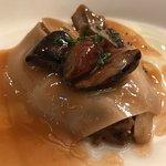 Velo de hongos, taco de lengua guisada y aceite de tomillo