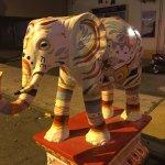 Statues d'éléphants colorés à l'entrée